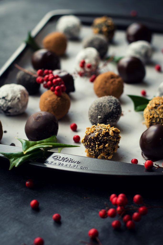 Spruce up your Edible Holiday Gifts with these assorted VEGAN Chocolate Cake Pop Truffles #Christmas #CakePops #VEGAN #HolidayGifts
