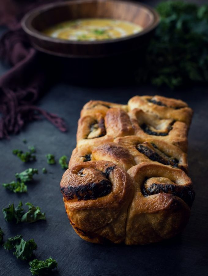 Combining indulgence with health, this VEGAN Kale + Spinach Pull Apart Rolls make an excellent side to soups, pasta and more. #plantbased #sides #bread #rolls #dinner
