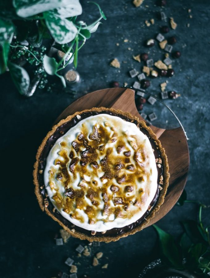 VEGAN Smores Pie - with a whole wheat graham cracker crust, decadent chocolate hazelnut filling and creamy toasted marshmallow topping. #foodphotography #foodstyling #vegan #aquafaba #agaragar #dairyfree #dessert #smores #pie